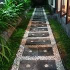 庭につながる通路が可愛い