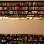 本を選んでいるこーへーと
