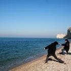 海で遊ぶ男たち