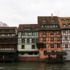 運河沿いの木組みの家々