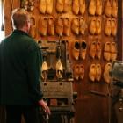 木靴作りが見学できます