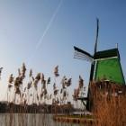 緑の風車と飛行機雲