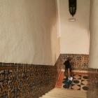階段にも美しいタイルの装飾