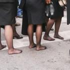 靴も脱いで歩いている女子大学生たち
