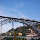 橋の上を走っているトラム
