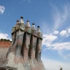 青空に似合うガウディの煙突
