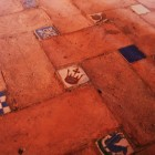 床に張ってあるいろんな模様のタイル