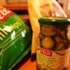IKEAで買ったポテトチップスとピクルス