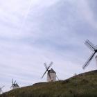 丘の上に一列に並んだ風車群