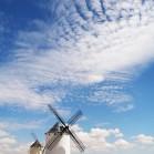 爽やかな青空と白い風車