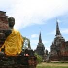 仏像と3つの仏塔