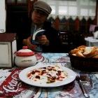 町の小さな食堂にて