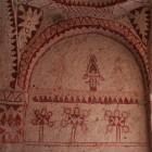 赤一色の幾何学模様の壁絵