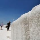 雪のような石灰棚