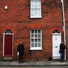赤いレンガの建物の前