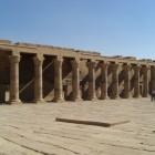 きれいに揃って見えますが、柱の上部の飾りがひとつひとつ違うというオシャレさ