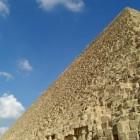 化粧岩を剥がれて階段状になっているとは言え、往時の幾何学美を彷彿とさせます