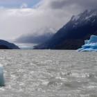 遠くに見えるのがグレイ氷河。遠い・・・