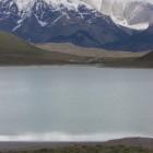 手前はアルマガ湖。リャマやアルパカの仲間、グアナコの姿もあちこちに見られました